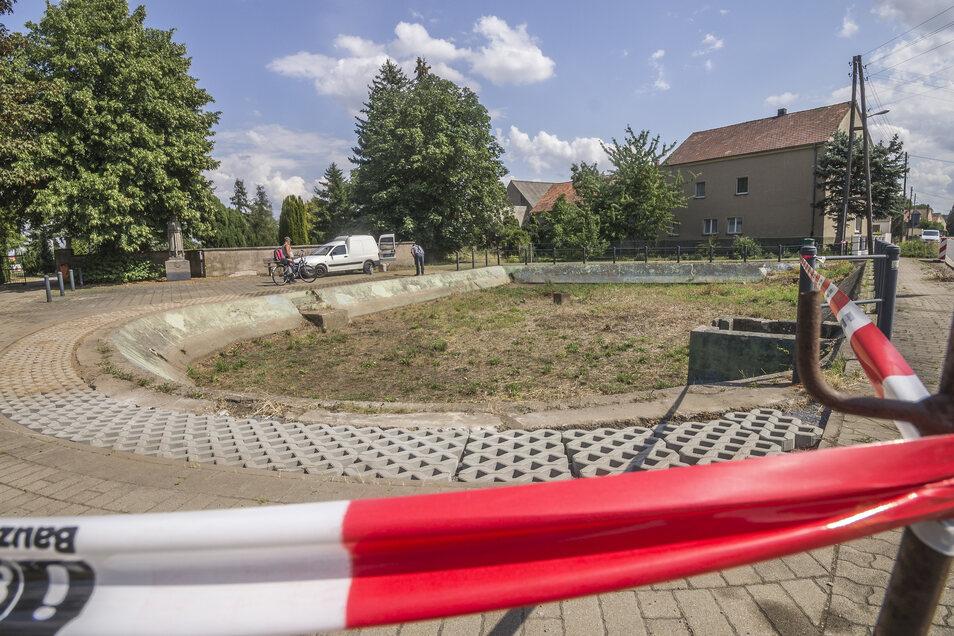 """Die """"Pfütze"""" in Frauenhain ist beräumt und die Buchsbaumhecke am Rand entfernt. Dort liegen jetzt Rasengittersteine."""