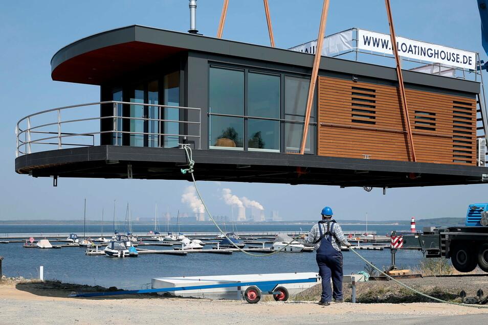 Die schwimmenden Häuser werden im Ganzen angeliefert und zu Wasser gelassen - wie hier im Mai 2019 in Klitten.