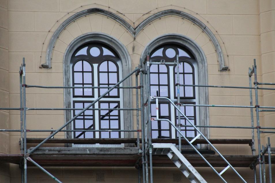 """Die neuen Rathausfenster glänzen wie einst die Fenster des """"Palastes der Republik"""" in Berlin."""