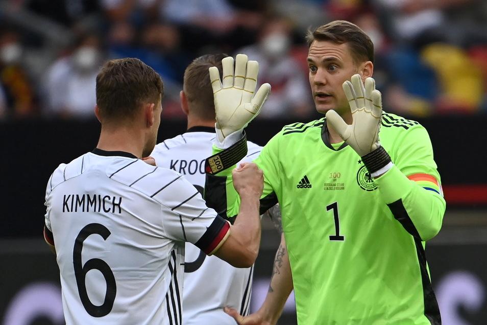 Torhüter und Kapitän Manuel Neuer bestritt gegen Lettland sein 100. Länderspiel. Vor der Partie klatschte er sich mit Bayern-Kollege Joshua Kimmich ab.