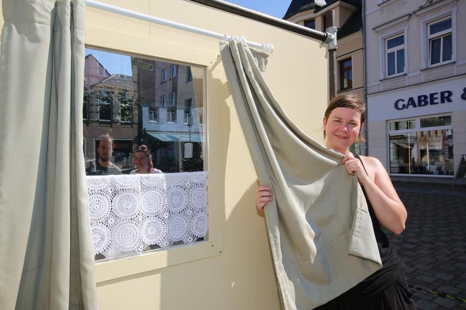 Von Julia Peters stammt diese Installation, die auf dem Niedermarkt zu sehen ist. Das Fenster lässt den Blick nur in eine Richtung durch. Auf der anderen Seite wird der Betrachter mit sich selbst konfrontiert.