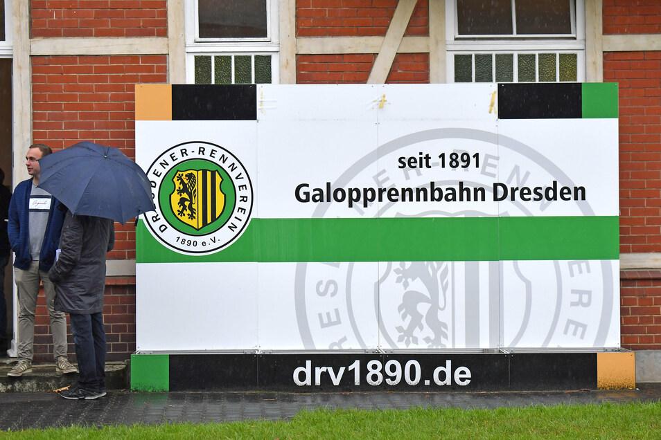Am 26. September musst der Renntag auf der Seidnitzer Galopprennbahn wegen heftiger Regenfälle abgebrochen werden. Siebeneinhalb Wochen später probiert es der Rennverein aber noch einmal - allerdings ohne Zuschauer.