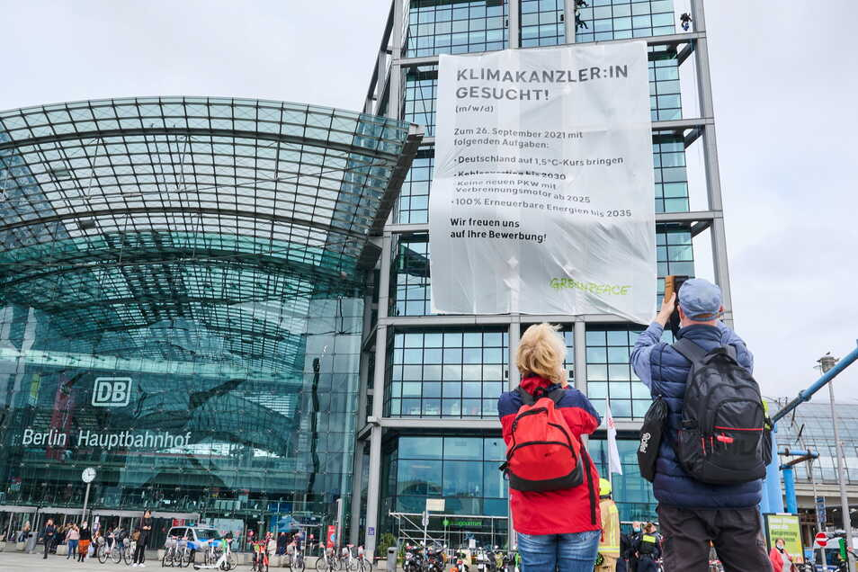 Ein Transparent von Greenpeace hängt am Berliner Hauptbahnhof.