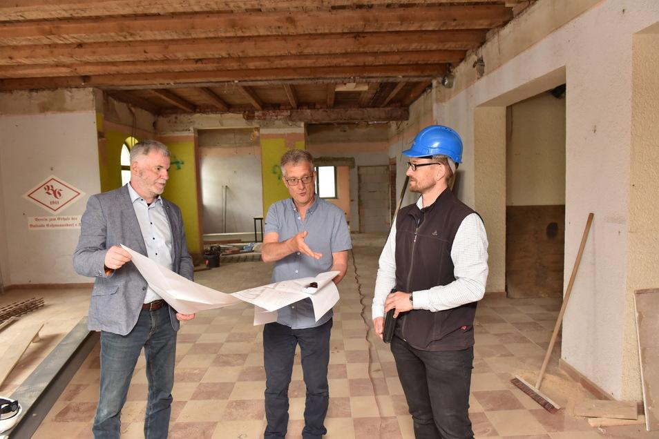 Oberbürgermeister Uwe Rumberg (li.), Projektleiter Jens Römisch und Bauamtsleiter Silvio Messerschmidt (re.) auf Stippvisite in den Ballsälen.