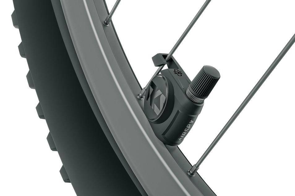 Sicherheit: Der Airspy-Sensor von SKS Germany kontrolliert ständig den Luftdruck und funkt den Wert an den Radcomputer oder das Smartphone. Strom liefert eine Knopfzelle. Preis pro Paar: 99 €