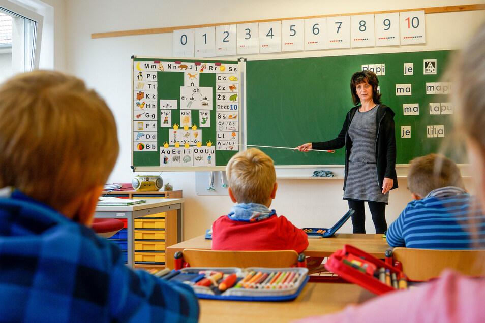 Die Erstklässler der Klasse mit Schwerpunkt Sorbisch in der Grundschule Radibor lernen mit ihrer Lehrerin Margit Wels das sorbische Alphabet noch vor dem deutschen. Nicht nur das ist anders als in ihrer Parallelklasse.