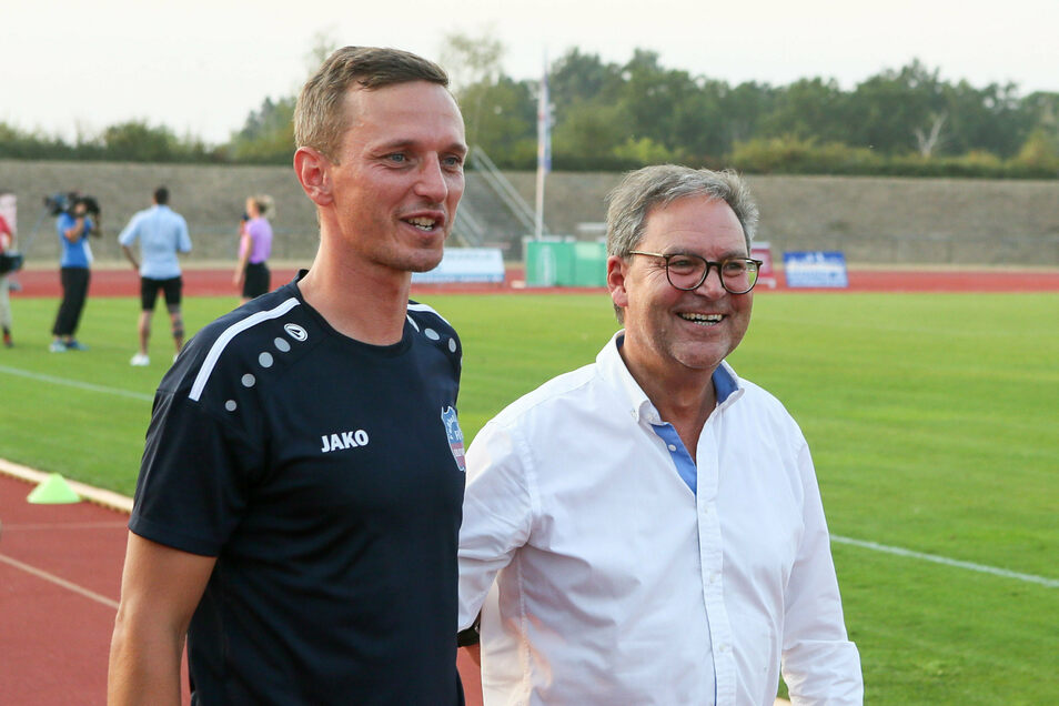 Sachsens Fußball-Präsident Hermann Winkler (r.) - hier mit Trainer Nico Knaubel vom FC Eilenburg - will sich für Zuschauer in den Stadien stark machen.