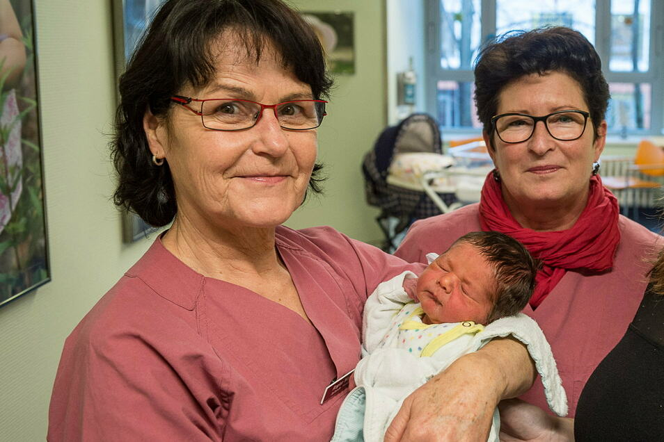 Eins von Tausenden: Regine Werwoll (links) mit einem Neugeborenen im Arm. Rechts: Kristina Winkler, leitende Oberärztin der Frauenklinik.