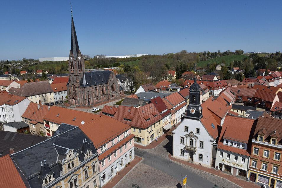 Der Markt der wachsenden Stadt Wilsdruff. Im Hintergrund ist das Gewerbegebiet zu sehen, das für viele neue Arbeitsplätze gesorgt hat.