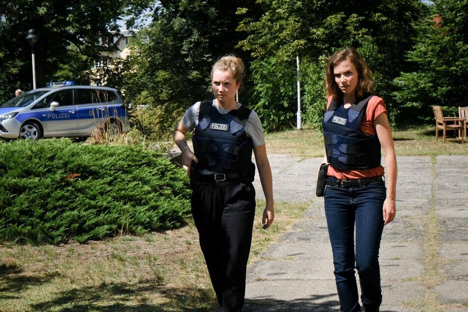 """Angespannt nähern sich Leonie Winkler (Cornelia Gröschel) und Karin Gorniak (Karin Hanczewski) dem Ort der Geiselnahme im neuen Dresden-""""Tatort""""."""