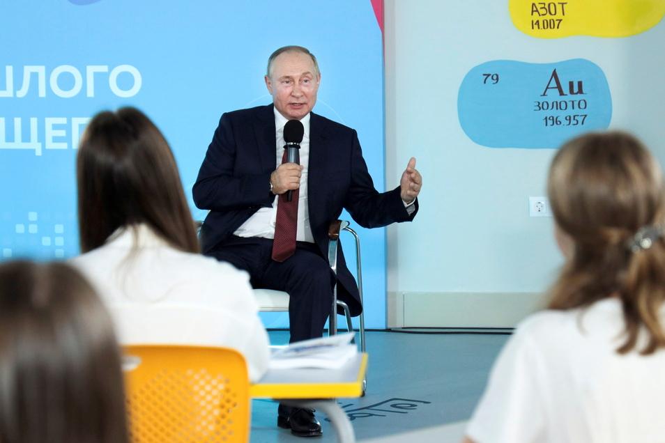 Präsidenten sind auch nur Menschen: Das musste Wladimir Putin bei einem Termin mit Schülern in Wladiwostok feststellen.