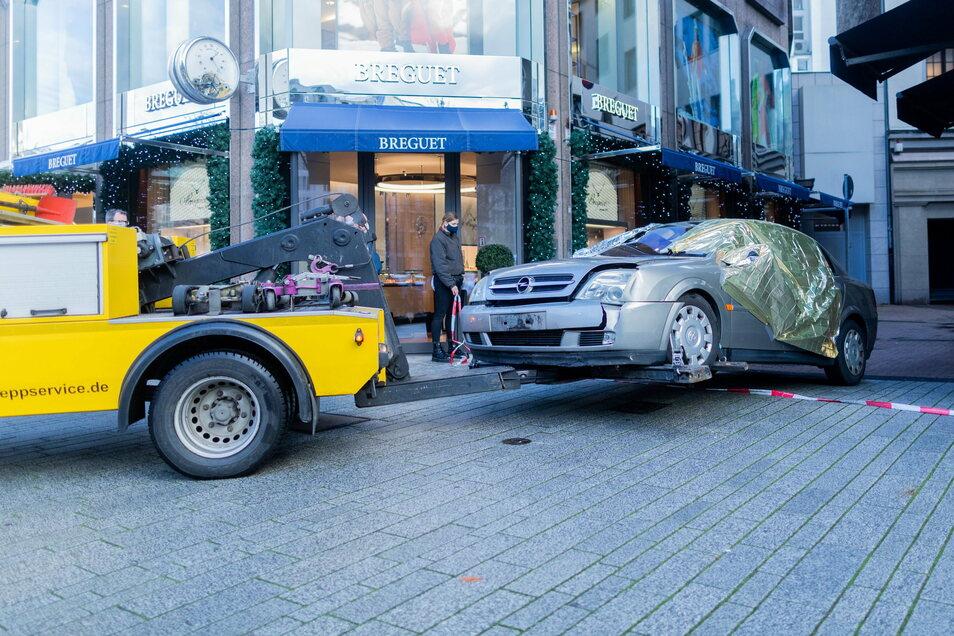 Das Tatfahrzeug wird nach einem Überfall auf eine Filiale der Schweizer Luxusuhrenmanufaktur Breguet in Düsseldorf abgeschleppt.