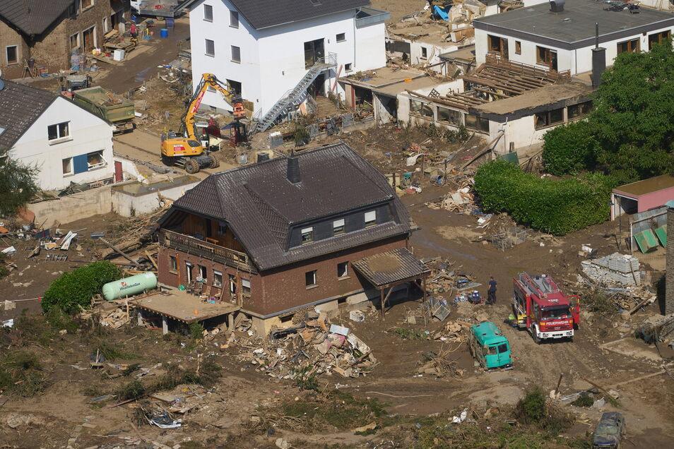 In Rheinland-Pfalz sind Rettungskräfte sind nach dem Hochwasser im Einsatz. Die Flut hat hier zahlreiche Orte zerstört.