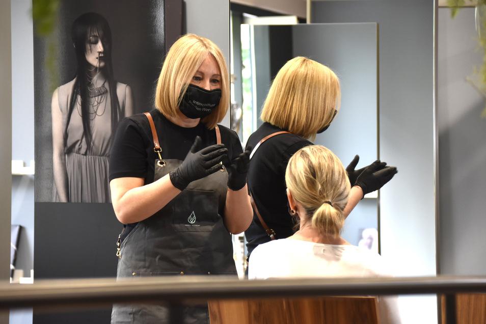Madlen Wenerski betreibt einen Friseursalon in der Ostra-Allee. Sie vergibt erst wieder neue Termine, wenn alle ausgefallenen abgearbeitet sind.