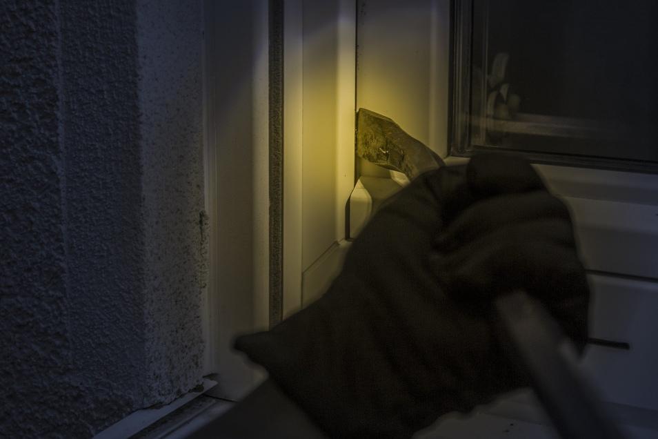 In Geringswalde sollen Männer über ein  Kellerfenster gewaltsam in einen Werkstattkomplex eingedrungen sein.