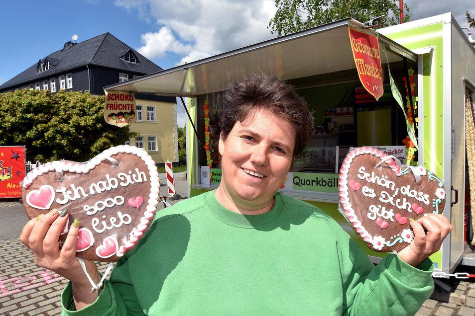 Pfefferkuchenherzen auch ohne Rummel: Katrin Kaßner verkauft ihre frischen Quarkbällchen, Süßwaren und Schokofrüchte jetzt an der B96 in Niederoderwitz.