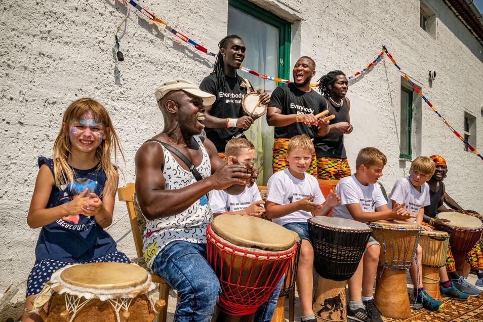In Schrebitz feierten Besucher das 1. Afrikanisches Festival. Mit dabei: eine Kindertrommelgruppe.