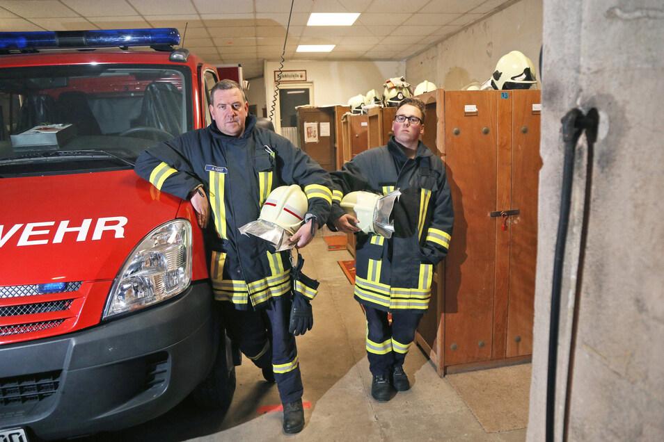 Andreas Voigt und Florian Fehrmann im alten Feuerwehrgerätehaus Mehltheuer.
