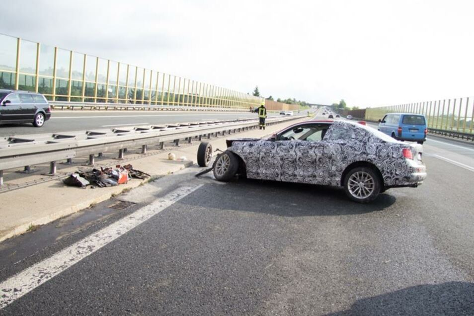 Offenbar handelte es sich bei dem Unfallfahrzeug um ein neues und leistungsstarkes Gefährt von BMW. Bei hoher Geschwindigkeit verlor der junge Testfahrer die Kontrolle über die Pferdestärken seines Wagens.