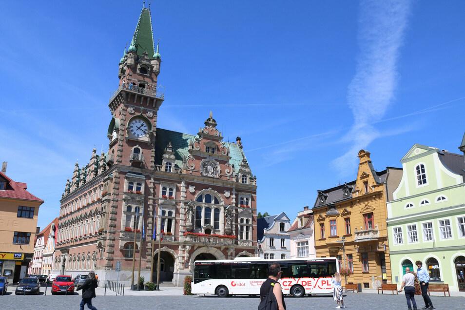 Erste Fahrt der neuen Buslinie 691 von Swieradow-Zdroj (Bad Flinsberg), Polen, über Tschechien, nach Zittau, hier irregulärer Stopp auf dem Markt in Frydlant (Friedland), Tschechien. Im Hintergrund steht das Rathaus..