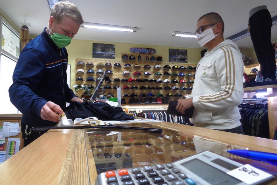 Auch im Selectorz am Großenhainer Frauenmarkt tragen Käufer und Verkäufer Masken.