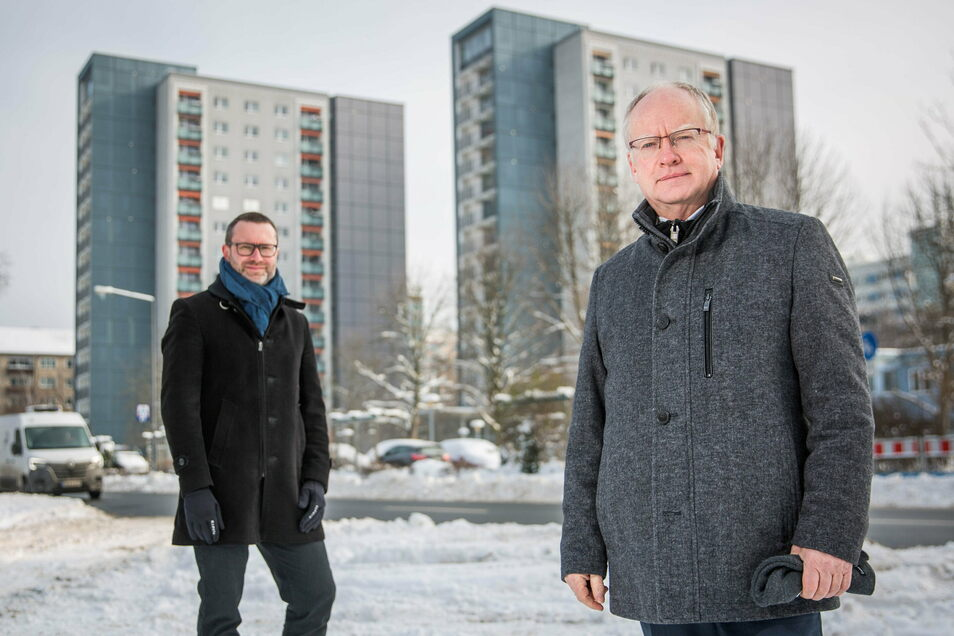 Die Vorstände der Wohnungsgenossenschaft Johannstadt Alrik Mutze (li.) und Thomas Dittrich vor den 15-Geschossern auf der Pfeifferhansstraße.