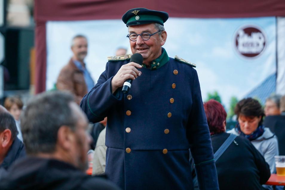 Bahn-Urgestein Alfred Sinn spricht mit den Besuchern der Historik Mobil.