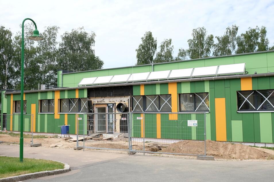 Nicht nur äußerlich ist die Schulsporthalle ein grünes Projekt. Das Foto stammt noch aus der Bauzeit.