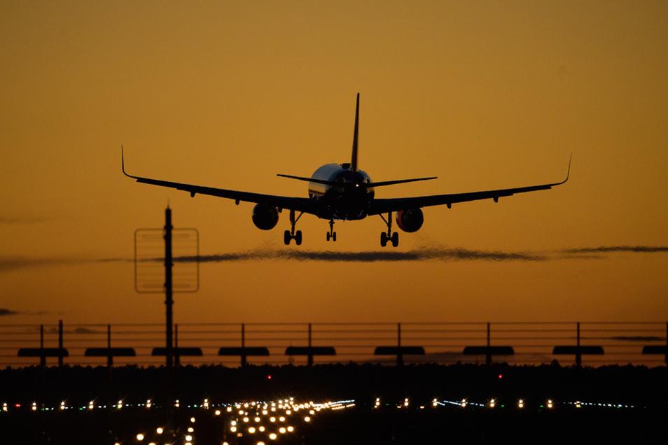 Ein Flugzeug von easyJet landet auf dem Flughafen Berlin Brandenburg (BER).