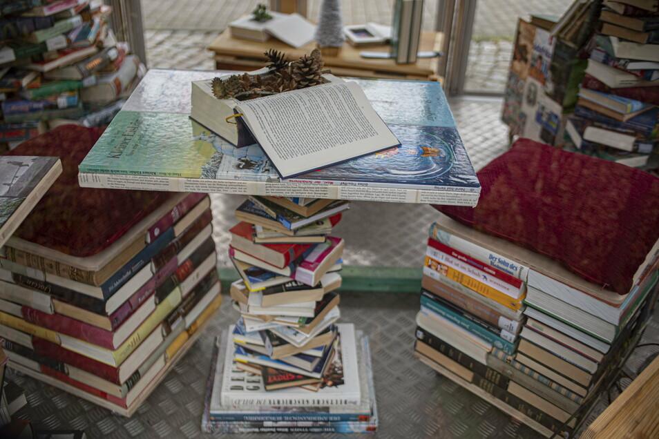 So sehen Büchermöbel aus: Mit dem Tisch und den Hockern lässt sich zum Beispiel eine Leseecke gestalten.