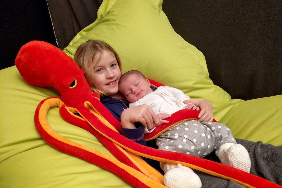 Lea, geboren am 18. Januar, Geburtsort: Pirna, Gewicht: 3.970 Gramm, Größe: 51 Zentimeter, Eltern: Stefanie Menke und Falk Saupe, Schwester: Laura, Wohnort: Pirna
