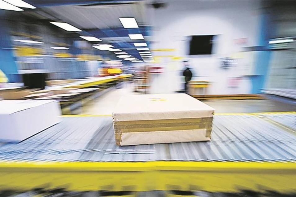 Normalerweise werden in einem Zustelllager bis zu 6.000 Pakete pro Tag sortiert, im Advent sind es doppelt so viele.