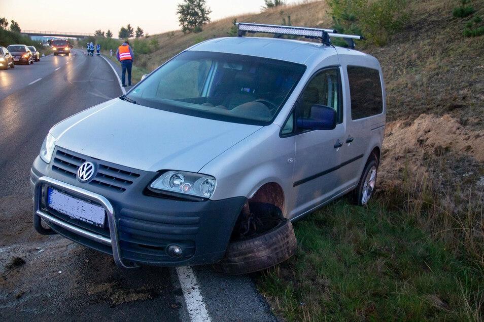 Der VW war auf der gegenüberliegenden Fahrbahnseite in den Graben gekracht. Dabei wurde er stark beschädigt.