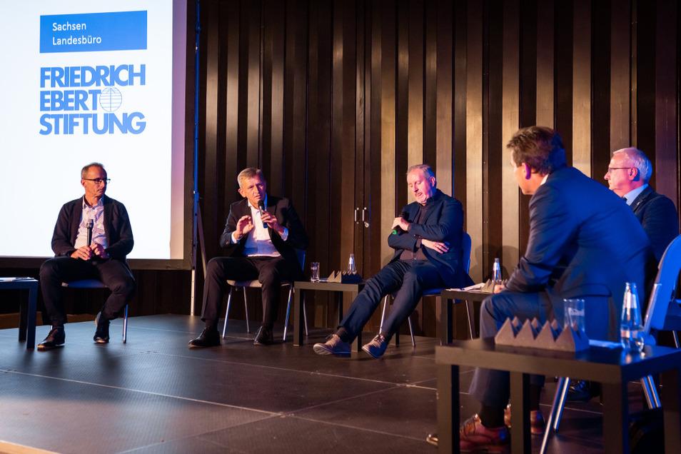 """Zu einem politischen Dialog unter dem Titel """"Strukturwandel im Lausitzer Revier. Oberzentrum Hoyerswerda – den Wandel zeigen"""" hatte die Friedrich-Ebert-Stiftung in die Lausitzhalle Hoyerswerda eingeladen."""