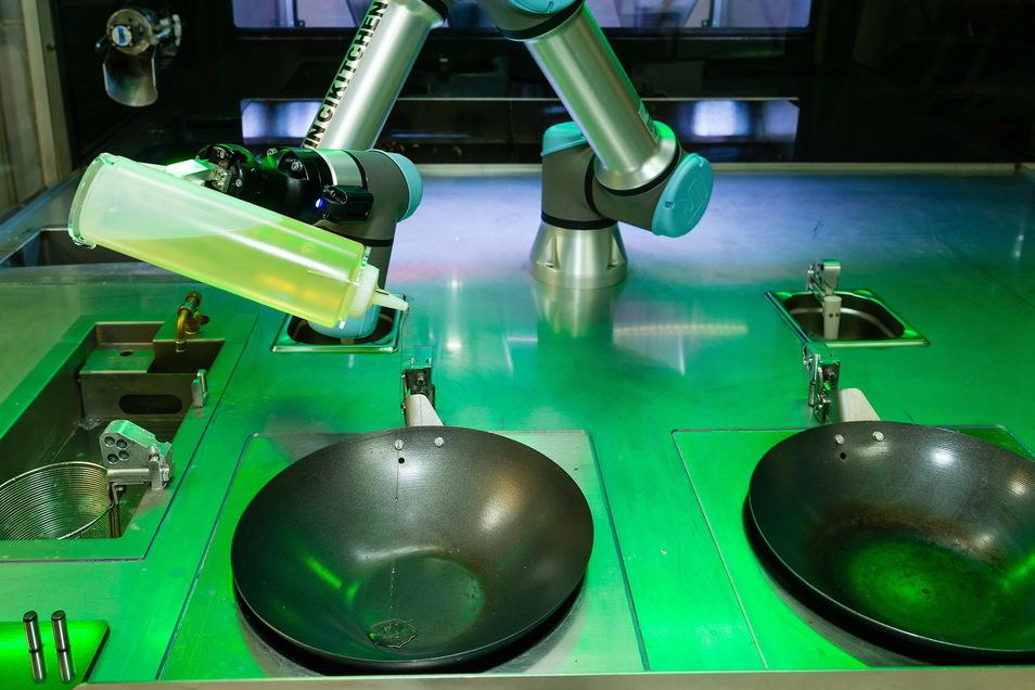 Für seine Kochkünste geht der Roboter natürlich nicht in die Schule. Per Computerbefehl lernt er die Abläufe, entsteht die perfekte Choreografie zwischen Hinzufügen, Umrühren, Würzen.