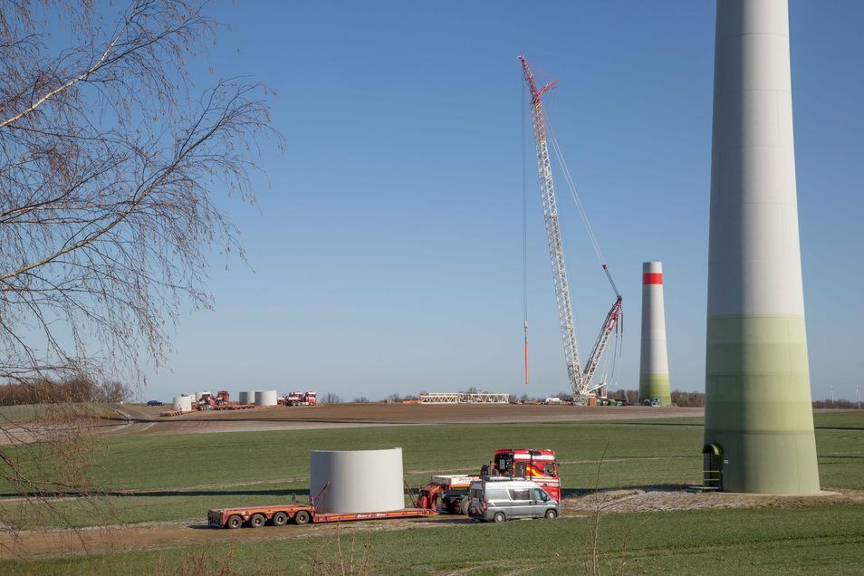 Im Windpark der Gemeinde Schöpstal an der Autobahn wurde im vergangenen Jahr ein neues Windkraftrad von der Firma Enercon aufgebaut. Das alte war bereits demontiert worden.