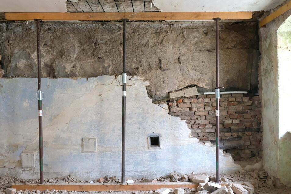 Bei der Sanierung werden individuelle Details bewahrt. Zum Beispiel der Blick auf Teile des Sandsteinbogens der Burgbrücke. Beim Aufstocken wurde das Haus hier ursprünglich einfach angelehnt.