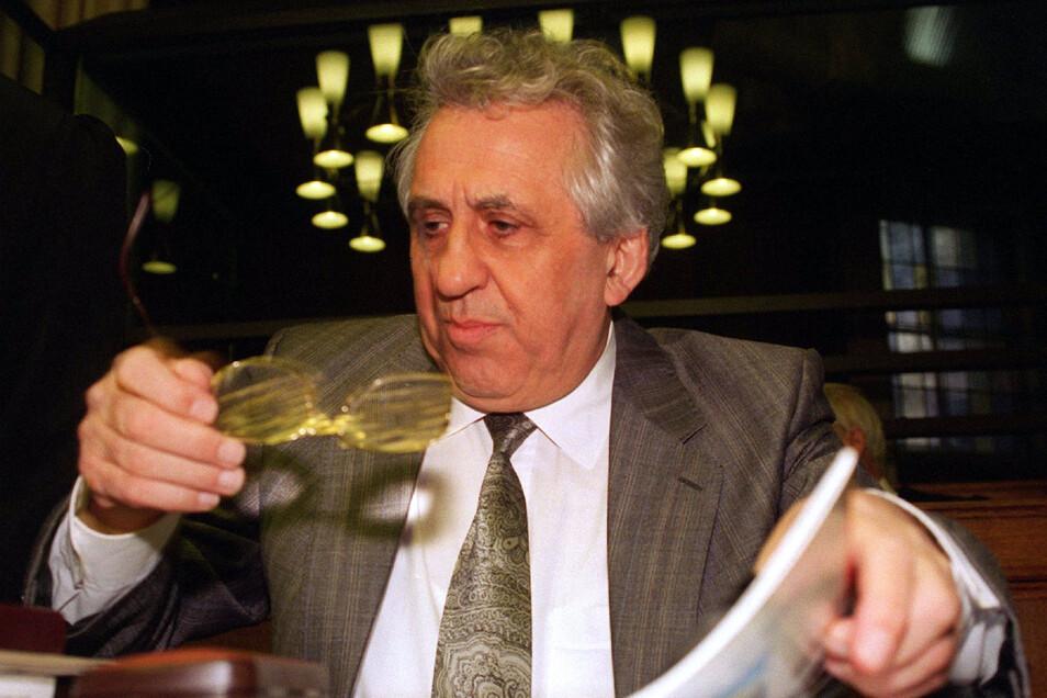 Krenz sitzt am 30.01.1997 im Verhandlungssaal des Justizgebäudes Berlin-Moabit. Er und weitere DDR-Spitzenfunktionäre mussten sich wegen des Totschlags an Flüchtlingen verantworten.