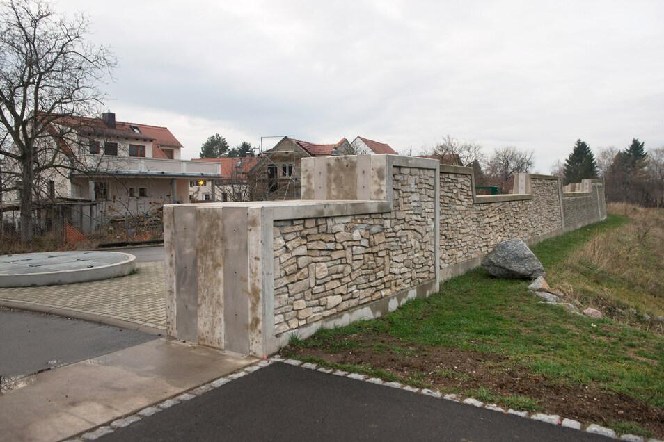 39 Millionen Euro wurden für den Flutschutz im Dresdner Westen investiert. Dazu gehört die Schutzwand in Gohlis.