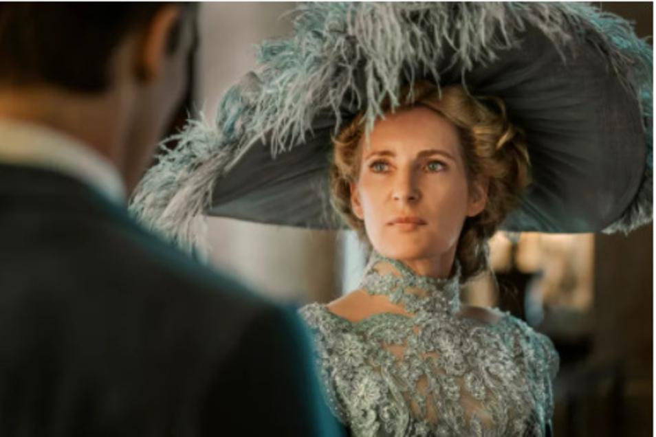 Die undurchschaubare Dauerhotelgästin Madame Houpflé (Maria Furtwängler) hat ein Auge auf Felix Krull geworfen.