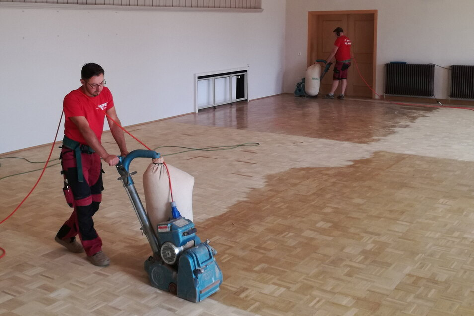 In der Aula der Grundschule in Neustadt wurde das Parkett abgeschliffen und neu versiegelt.