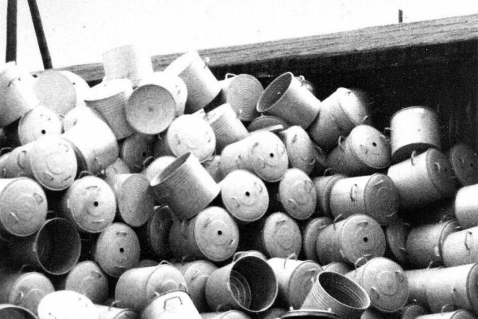 Einkochtöpfe stapelten sich vor nahezu 30 Jahren auf dem Gelände eines Restpostenmarktes in Bellwitz. In den Topfdeckeln sind die Einschuböffnungen für die Thermometer zu erkennen.