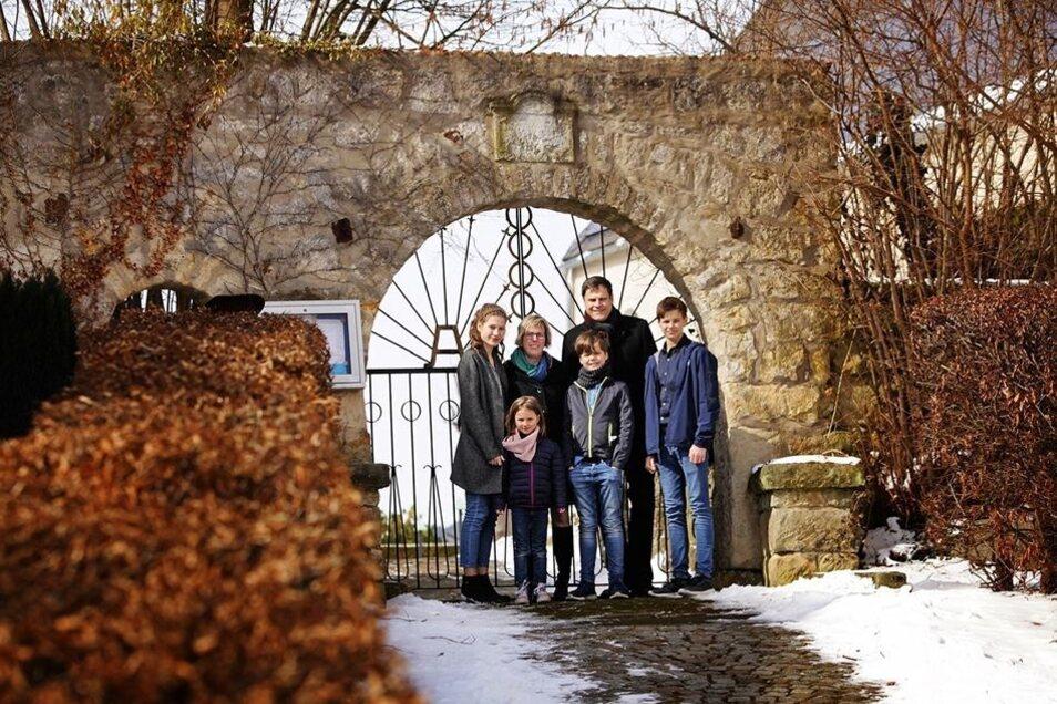 Deutschlands Einheit einte auch sie: Heike und Ingo Gestring, hier mit den Kindern Nellie, Annie, Ben und Tim, vor ihrem sanierten Stolpener Bauernhof.