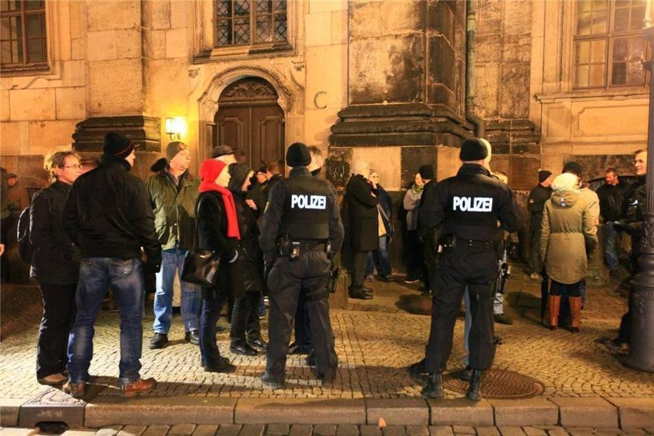 Die Polizei sorgte dafür, dass die Schaulustigen nicht auf den Theaterplatz gelangten.