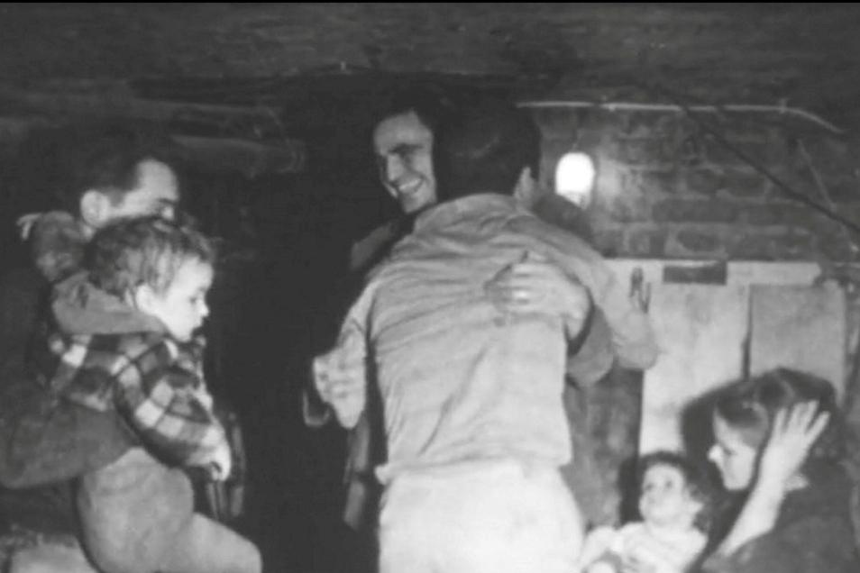 Jubel am Ende des Tunnels: Helfer und Flüchtlinge sind überglücklich.