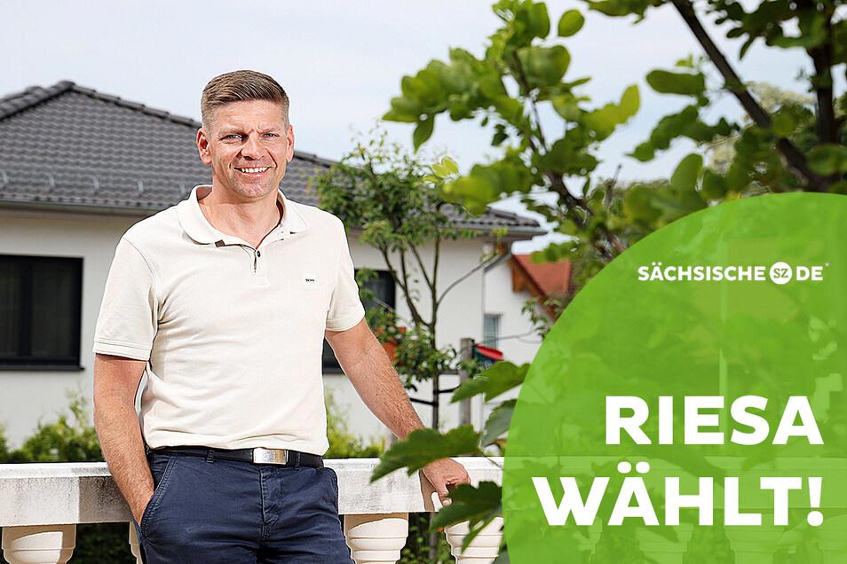 Gunnar Hoffmann möchte am 4. Juli Riesaer Oberbürgermeister werden. Zum Hausbesuch empfängt er sächsische.de auf seiner Terrasse.