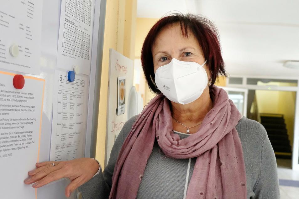 """In der Meißner Kita """"Hand in Hand"""" informieren Aushänge über die bevorstehende Schließung und Notbetreuung der Kinder. Kita-Leiterin Marita Benz hat die Eltern gebeten, den Betreuungsbedarf anzuzeigen."""