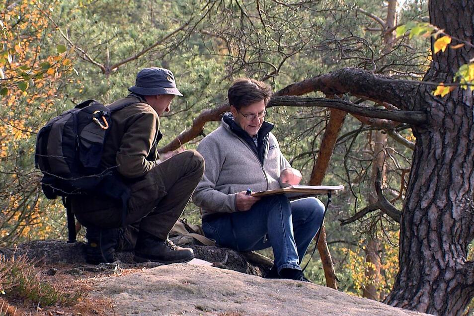 Ranger Frank Strohbach (links) und Kartograf Rolf Böhm kennen sich aus im Kirnitzschtal.