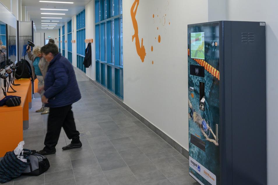 Der Umkleidebereich ist neu gestaltet. Den Automaten am rechten Bildrand gab es bisher nicht. Dort können Besucher mit ihrem Transponder überprüfen, ob sie noch etwas nachzahlen müssen – und das bar oder per Karte erledigen.