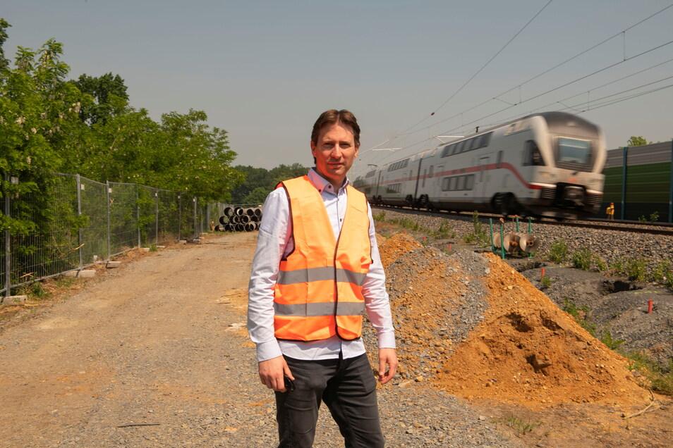 Martin Ludwig ist Projektleiter der Ausbaustrecke Dresden-Berlin. Hier steht er an den Bahngleisen, die eine weitere Schallschutzwand bekommen.